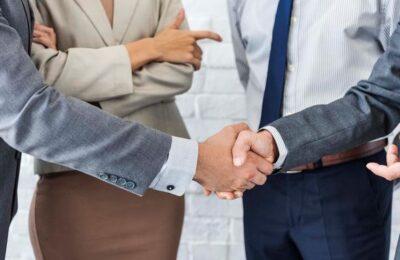 business-team-handshake-collaboration-concept-P4XTC66-lille